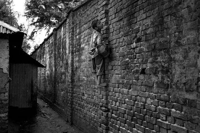 Enfant passant le mur G Turine