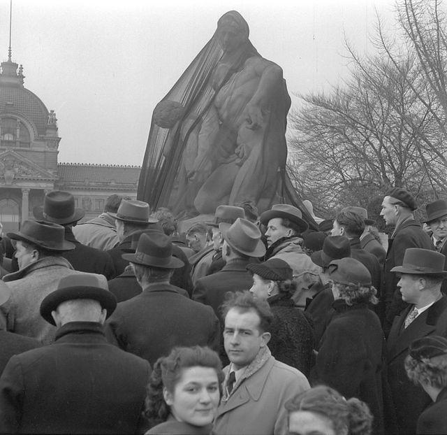 Le monument aux morts de Strasbourg drapé de noir suite au procès d'Oradour - 15/02/1953