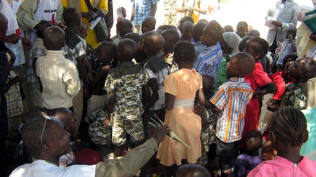 Abeche, Tchad. Des enfants que l'association francaise, l'Arche de Zoe, s'apprête à faire embarquer dans un avion pour la France