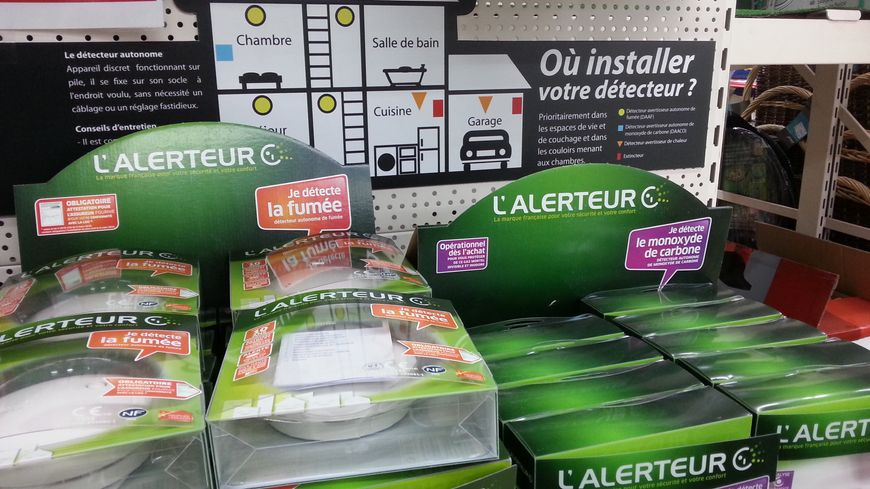 Le rayon des détecteurs de fumée dans un magasin de bricolage de Privas