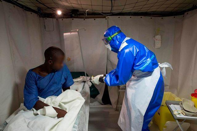 Un médecin militaire français en zone rouge avec un malade