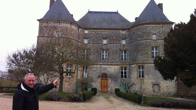 Paul Bailly et son château à vendre à Doumely-Bégny, dans les Ardennes.