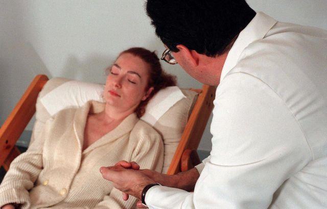 Le docteur Jean-Marc Benhaiem, hypnothérapeute soigne les dépendances