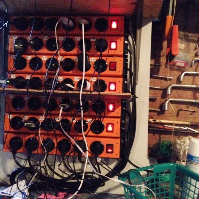 Un panneau électrique dans le garage pour charger les portables des migrants.