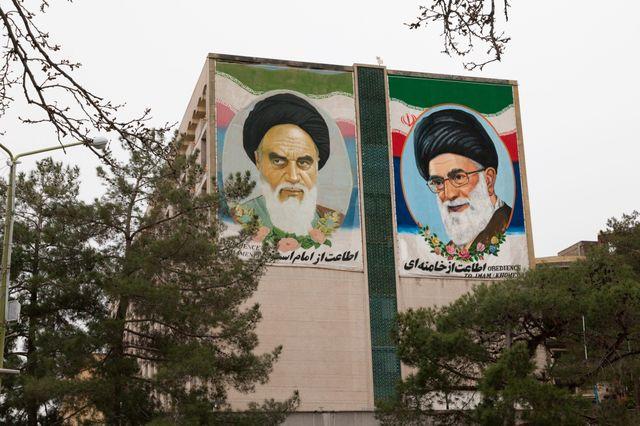 Posters géants a l'effigie des deux leaders religieux l'ayatollah Ali Khamenei et l'ayatollah Khomeiny.
