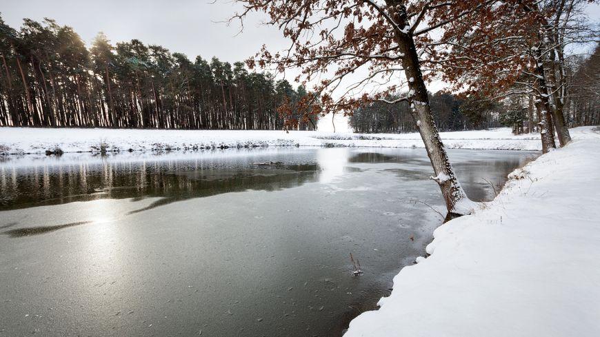 La surface d'un lac gelé. (image d'illustration)
