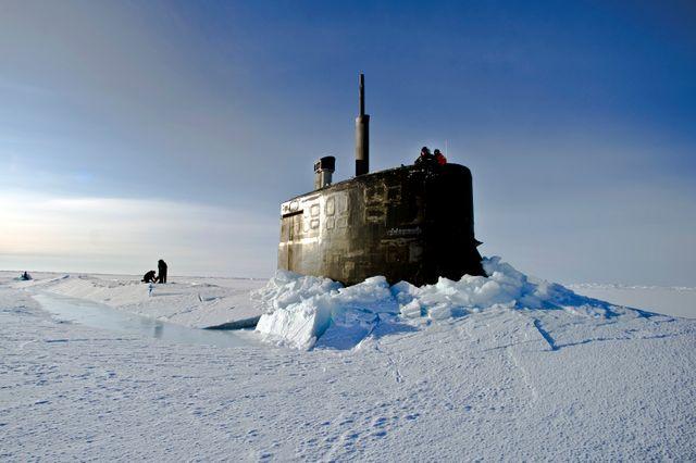 Le sous-marin américain USS Connecticut faisant surface dans l'océan Arctique en 2011