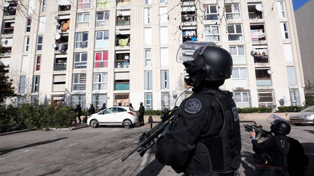 Intervention du GIPN à la cité de la Castellane à Marseille après des tirs de kalachnikov visant des policiers le 9 février 2015