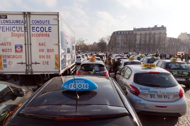 Opération escargot menée à Paris par les auto-écoles vendredi dernier