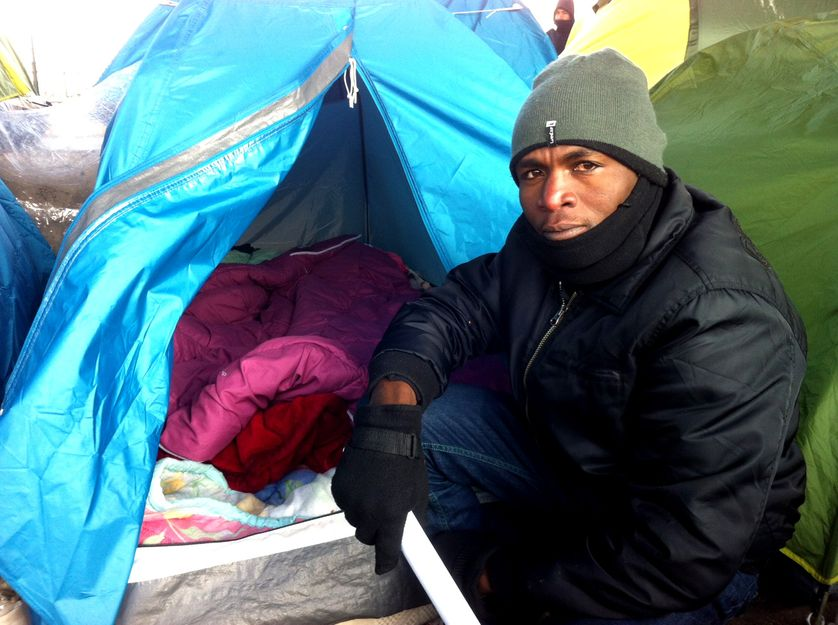 Mohamed, ancien militaire tchadien de 26 ans, est un des rares francophones du camp de migrants du pont de la Chapelle, à Paris.