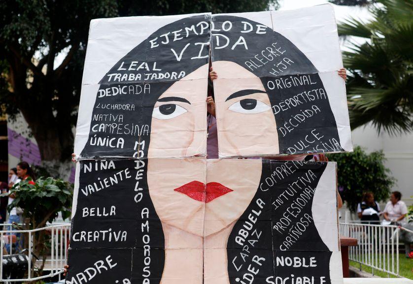 Poster d'une femme entourée de mots positifs. Lima, Pérou, 5 mars 5015