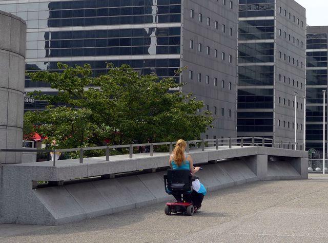Femme handicapée à la Défense