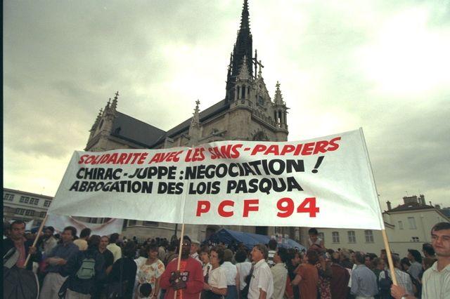 Manifestation en faveur des sans-papiers, devant l'Eglise Saint-Bernard en 1996.