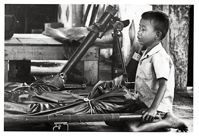 Cambodge, enfant pleurant son père, 1974