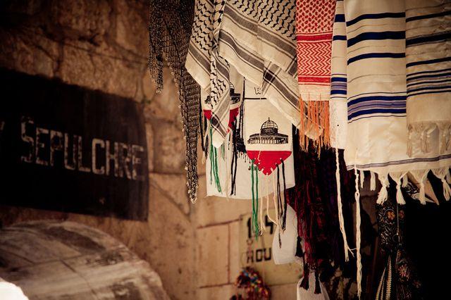 Un talith, Keffieh, et une écharpe vendus à l'entrée de l'église du Saint-Sépulcre à Jérusalem -