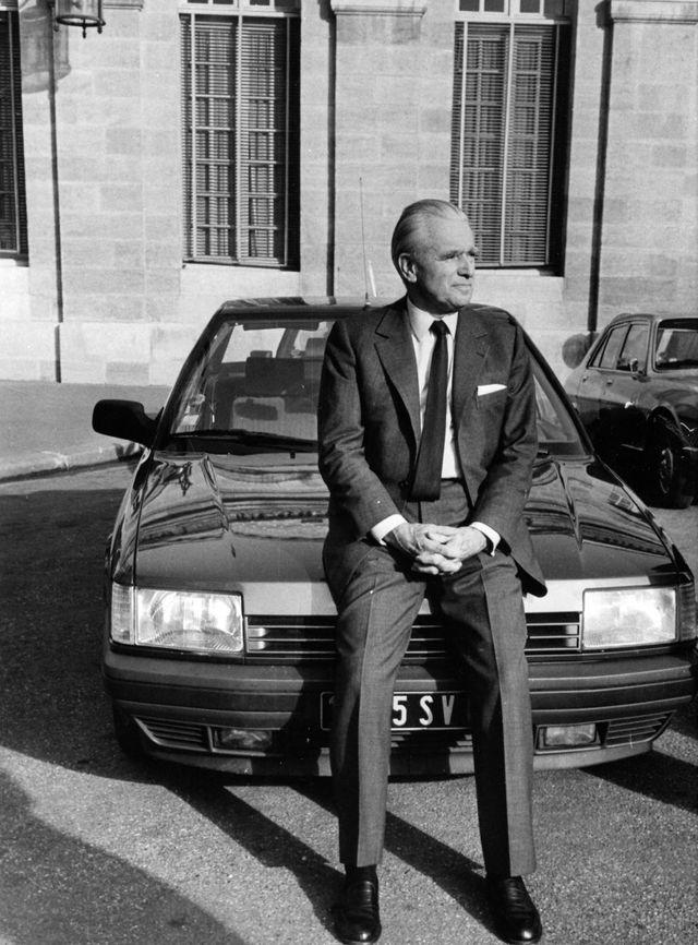 Jacques Chaban-Delmas dans la cour de la mairie de Bordeaux