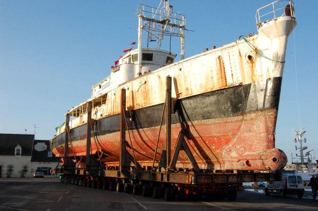 Concarneau le 09/11/07. Restauration de la Calypso, le bateau du commandant Cousteau.