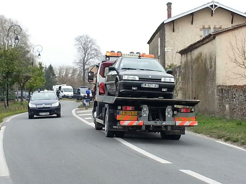 La voiture de la femme arrêtée a été évacuée par les services de sécurite.