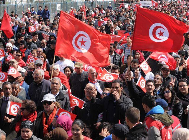 Des dizaines de milliers de manifestants réunis à Tunis.