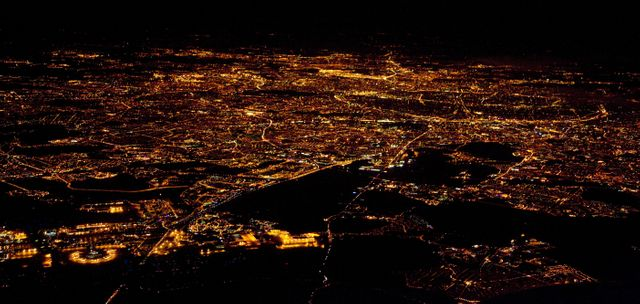 Vue aérienne de Paris la nuit en 2008