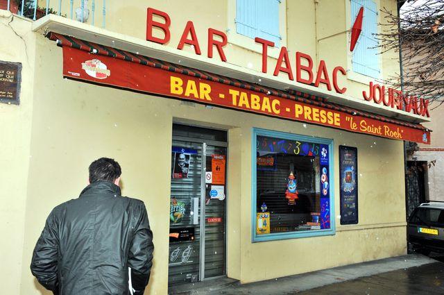 14/12/09 DANS LE CAFE TABAC PRESSE LE SAINT ROCH A LAVAUR UN CAMBRIOLEUR A ETE TUE DE 2 COUPS DE FUSIL PAR LE PROPRIÉTAIRE.
