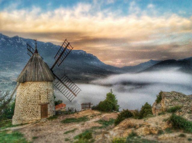 Le moulin de Cucugnan dans la brume