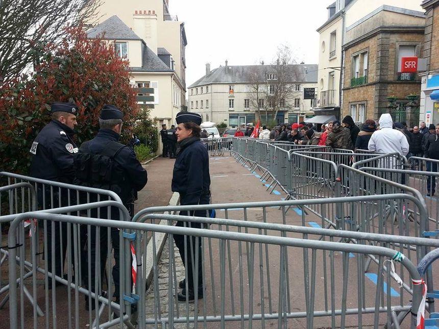 Les salariés sont rassemblés devant le tribunal de commerce de Coutances dans l'attente de la décision