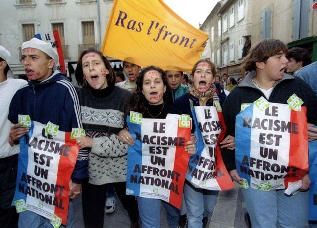 Manifestants anti Front National à Carpentras, le 11 novembre 1995