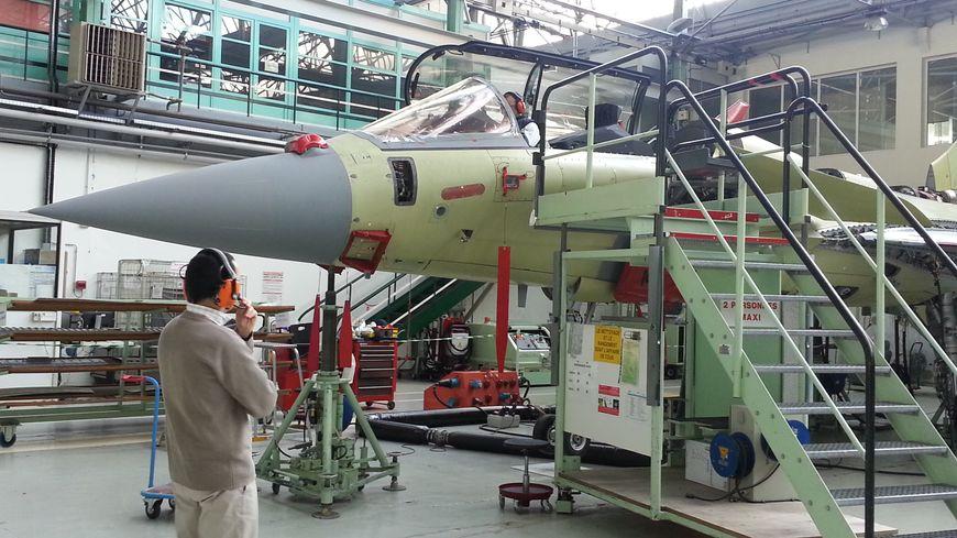 Dans l'usine d'assemblage du Rafale, à Dassault-Mérignac