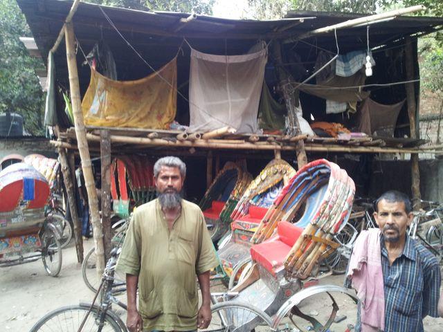 Le déplacé climatique Mohamed Abdur Satter, ancien pêcheur sur la côte, reconverti à Dacca en conducteur de rickshaw