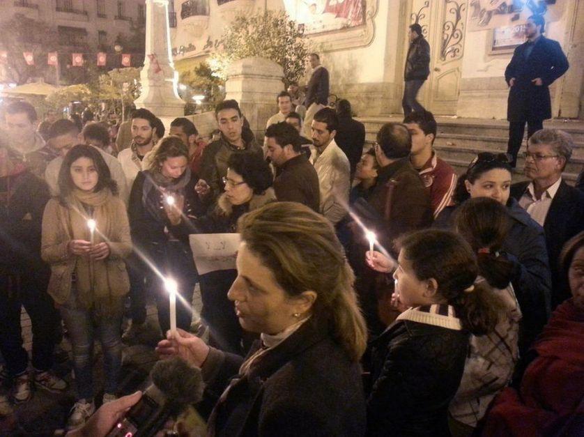 Rassemblement qui s'improvise devant le théâtre national de Tunis, avenue Bourguiba, le 18 mars 2015