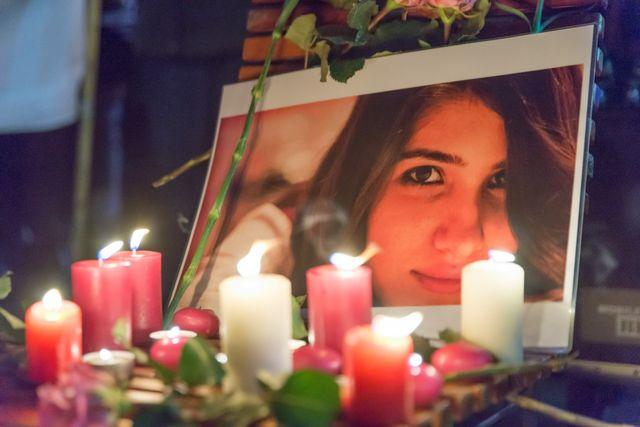 Berlin, Allemagne. 15 février 2015, bougies autour du portrait d'Özgecan Aslan, étudiante de 20 ans violée et tuée en Turquie.