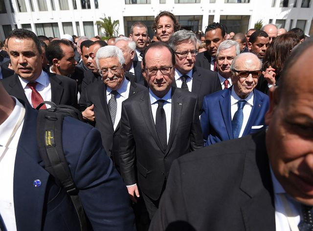 François Hollande entouré de Béji Caïd Essebsi et de Mahmoud Abbas à Tunis.