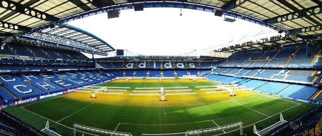 """Le terrain vu de """"Shed End"""", la tribune des supporters les plus fervents de Chelsea"""