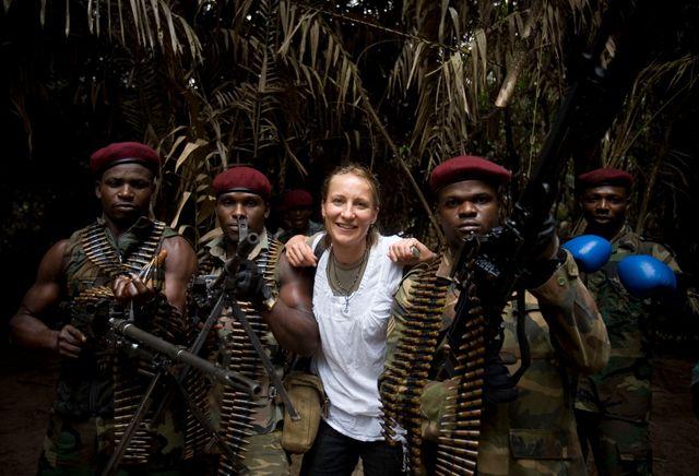 Véronique de Viguerie, au Nigéria, avec des hommes du Mend.