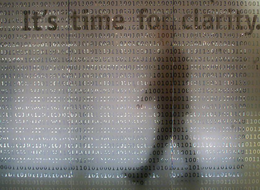 """écran de code binaire au """"CeBIT"""" (salon des technologie de l'information et de la bureautique), à Hanovre le 24 février 2000."""