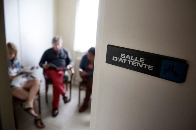 Visite médicale chez un médecin généraliste : des patients dans une salle d attente (août 2014)