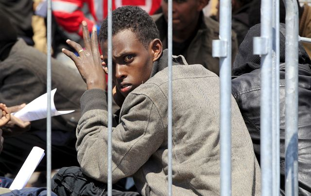Un migrant récupéré en mer par la marine italienne