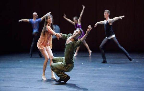 Percussions et danse de Bruno Bouché au Palais Garnier par des musiciens et des danseurs de l'Opéra national de Paris.