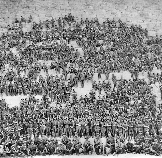 Les soldats du 11ème bataillon posant devant la Grande Pyramide de Gizeh, le 10 janvier 1915, avant de débarquer à Gallipoli