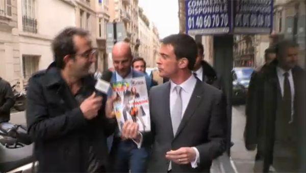 Cyrille Eldin interview Manuel Valls, qui brandit un exemplaire de VSD...