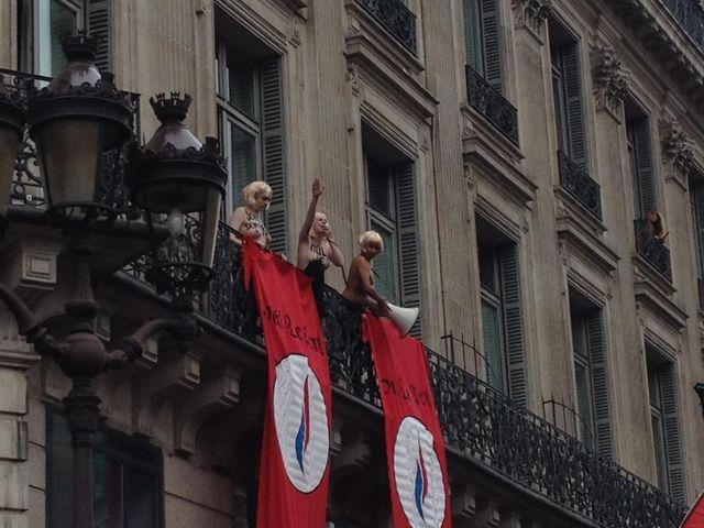Les Femen perturbent le discours de Marine Le Pen