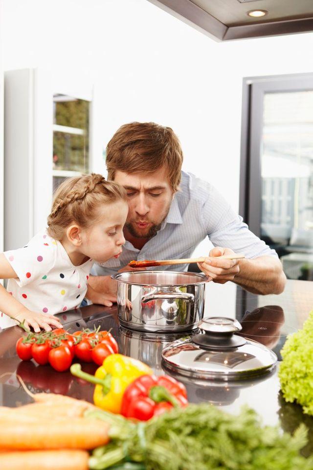 Jeune homme et sa fille en train de cuisiner