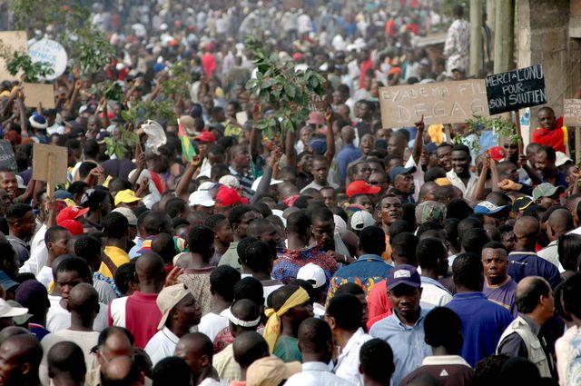 19 février 2005, Lome, Togo. Près de 15 000 personnes manifestent contre l'installation de Faure Gnassingbe au pouvoir.