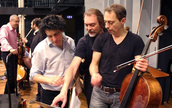 Alain Altinoglu, le violoniste Jean-Marc Phillips-Varjabédian et son frère, le violoncelliste Xavier Phillips. © Victor Tribot Laspière