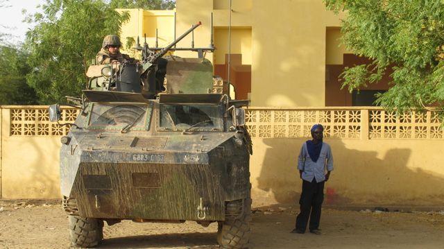 Soldats français de la force Barkhane dans le centre-ville de Gao