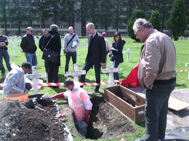 L'exhumation du corp du fusillé inconnu d'Idron
