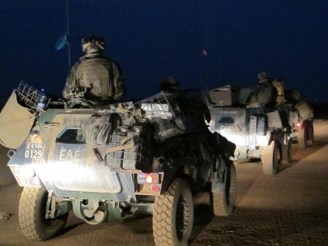 Colonne de blindés français sur le plateau de Batal, à 15 km au nord de Gao, pendant une patrouille nocturne
