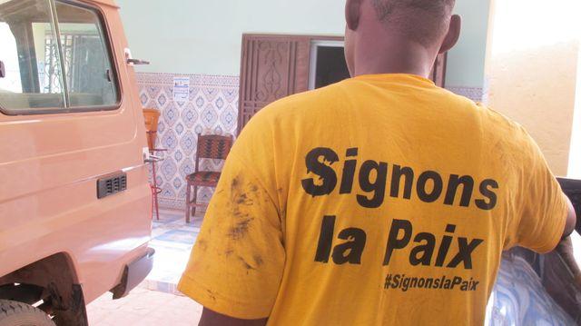 Un jeune de Gao porte un t-shirt en soutien au processus de paix