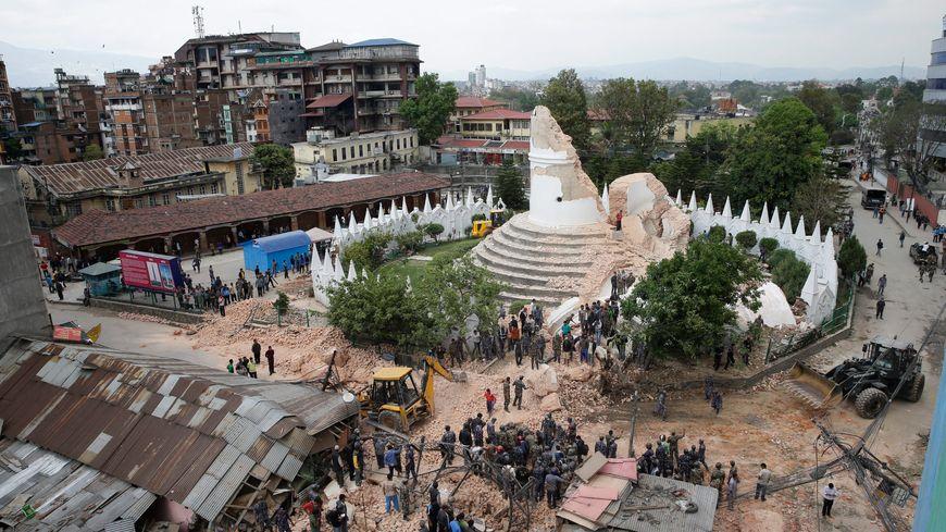 La tour Dharhara, un bâtiment historique de neuf étages, s'est totalement effondrée à Katmandou, la capitale du Népal